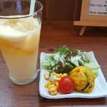 さくらチョップ - 前菜のサラダと、マンゴーラッシィー