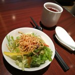 76318156 - オイルが効いた中華風ドレッシングが美味しい、季節野菜入りグリーンサラダ