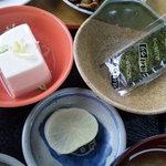 7632531 - 奴豆腐と味付け海苔、沢庵(1枚に見えるが2枚)