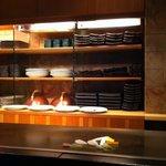 鉄板焼 黒田屋 - カウンター席は鉄板焼きのライブ感を楽しめます