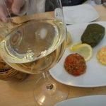 メイハーネ オゼリ - まずは美味しい前菜と美味しいトルコワイン(白)を。