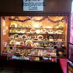 高坂サービスエリア(下り線)レストラン - 賑やかなショーケース