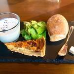 76334001 - ランチセットのスープ、サラダ、キッシュ、パン。
