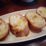 南欧風家庭料理 ブッロ バンビーノ - バゲットにオリーブオイルを振ってあります☆