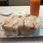 銀座千疋屋 - フルーツサンド、ミカンと柿のジュース