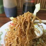 一福黄金饅頭  - ゴワゴワした角細蒸し麺、通称「ゴムそば」