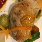 ラ・ヴォワ - メイン 骨付き鶏肉ももコンフィ粒マスタード添え