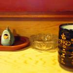 76360187 - 「武寿司」と銘打った湯呑からお茶をすする。