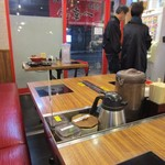 博多一幸舎 慶史 - 店内のテーブルやカウンターにはつけ麺用のタレの為にIHヒーターが用意してありました。
