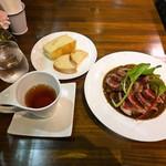 ルヴァン - ドリンクバーの紅茶とパンと鹿ステーキカレー