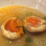 ばりきや - 「ばりこてめん 煮玉子入り」煮玉子の半熟度が実に好い。蕩ける黄味を豚骨スープに潜らせると、それはもう美味である。