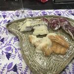 フロマージェリー・モンテ・ドラーゴ - 料理写真:上が、トリュフ入り白カビチーズ。下は、なんとかシャンベルタン。これも、絶品。右は、成城石井で買った、カビサラミ。