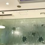 76379748 - 葡萄模様のガラスの壁