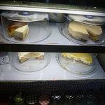 風の森 Cozy - ショーケースには4種類ほどのケーキが。テイクアウトもできます♪