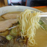 7638783 - 麺は低加水率でスクエアーな中細縮れ麺.