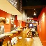 神戸餃子 樂 - 赤を基調としたオシャレな店内