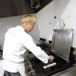 神戸餃子 樂 - ギョウザを焼いているところ1