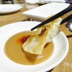 koubegyouzaraku - 焼き餃子を自家製の味噌だれで