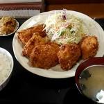 お食事・惣菜 うれしや - チキンカツ定食700円。