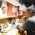 神戸餃子 樂 - オーナーとカウンターで話す先輩経営者・山岸さん