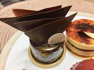 リベルターブル - Luxe(リュクス) まろやかさとライトな苦みを併せ持つチョコレートムースに、フランスを代表する高級食材の黒トリュフを。トリュフと相性の良い卵を使ったクリームをあわせ、さらに深まる芳醇な香りと贅の味わい。 ¥864(税込み)
