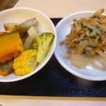 76387916 - 夕食:野菜のせいろ蒸し、ひじきワカメを使ったかき揚げ