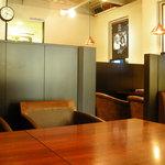 昭和堂Q - どこよりもゆったり座れる各テーブル。ついたてによる個室感覚が魅力です。長居大歓迎(店内完全禁煙)