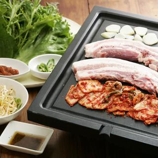 新鮮野菜で包んで食べるサムギョプサル