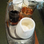 珈琲苑 - ミルク・ガムシロップ・生クリームの他に、今回はホットケーキ用のメープルシロップと盛りだくさん
