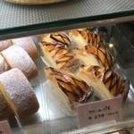 ママのえらんだ元町ケーキ - クリームパイの並ぶショーウィンドウ(2017.11.14)