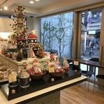 ママのえらんだ元町ケーキ - クリームディスプレイから、窓側風景(2017.11.14)