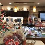 ママのえらんだ元町ケーキ - クリスマスディスプレイから、カウンター方向(2017.11.14)