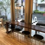 ママのえらんだ元町ケーキ - テラスに面したカウンター席です(2017.11.14)