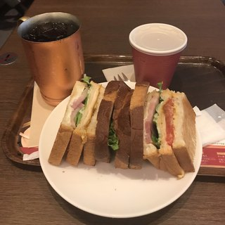 上島珈琲店  カトレヤプラザ伊勢佐木店 - 厚切りベーコンのクラブハウスサンドのセット。 税込1000円。 美味し。