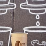 ザクリームオブザクロップコーヒー - 壁でパシャリ