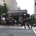 芝大門 更科布屋 - お店のすぐ先には増上寺の入口 芝大門があります