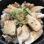 76414903 - 鳥丼 チャーシューをトーチバーナで炙る。                       タレがチャーシューとネギにあって美味い                       これ、メインでもいけるんじゃないかしら