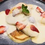 カフェ ダウニー - イチゴとバナナのミルキーソース・パンケーキ1100円