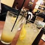 カフェ ダウニー - 左:ジャンジャーエール550円  右:レモネード500円