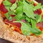 バル SORA - プロシュートのピザ! 安定。 ちゃんと削いだ生ハム乗っけてくれてる。 おかげさまでお酒に合う。