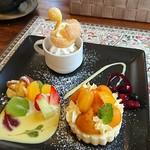 カフェ&キッチン ケイ - ☆デザートプレート スワンのシュークリームの下には栗のアイスクリーム フルーツ かぼちゃと栗のケーキ (ベリーソース)