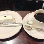 西洋菓子しろたえ - レアチーズケーキ 260円 ブレンド 400円
