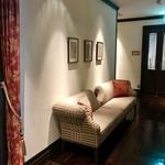 クラシカ表参道 - 廊下のソファ
