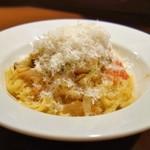 サルティンボッカ - 料理写真:ホタテ貝とエビ、キノコのトマトクリームソース
