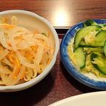 香雅 - 中華料理 香雅 @ときわ台 シューマイ定食に付くモヤシの和え物と自家製漬物