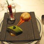 シャトン - 炭のプレート ビーツのクレープ・ホタテのソテー・アボカドとタラバ蟹のサラダ盛り