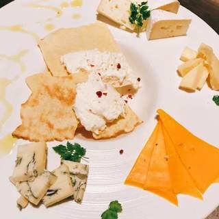しっかりと勉強したスタッフが選ぶこだわりチーズ&ワインたち