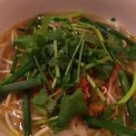 ムンランギットカフェ - ミー・クア(鶏がらスープのインドネシアの汁麺)