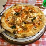 ルージュトマト - ローストチキンとマッシュルームのカレー風味ピッツァ