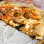ルージュトマト - ローストチキンとマッシュルームのカレー風味ピッツァ アップで♡